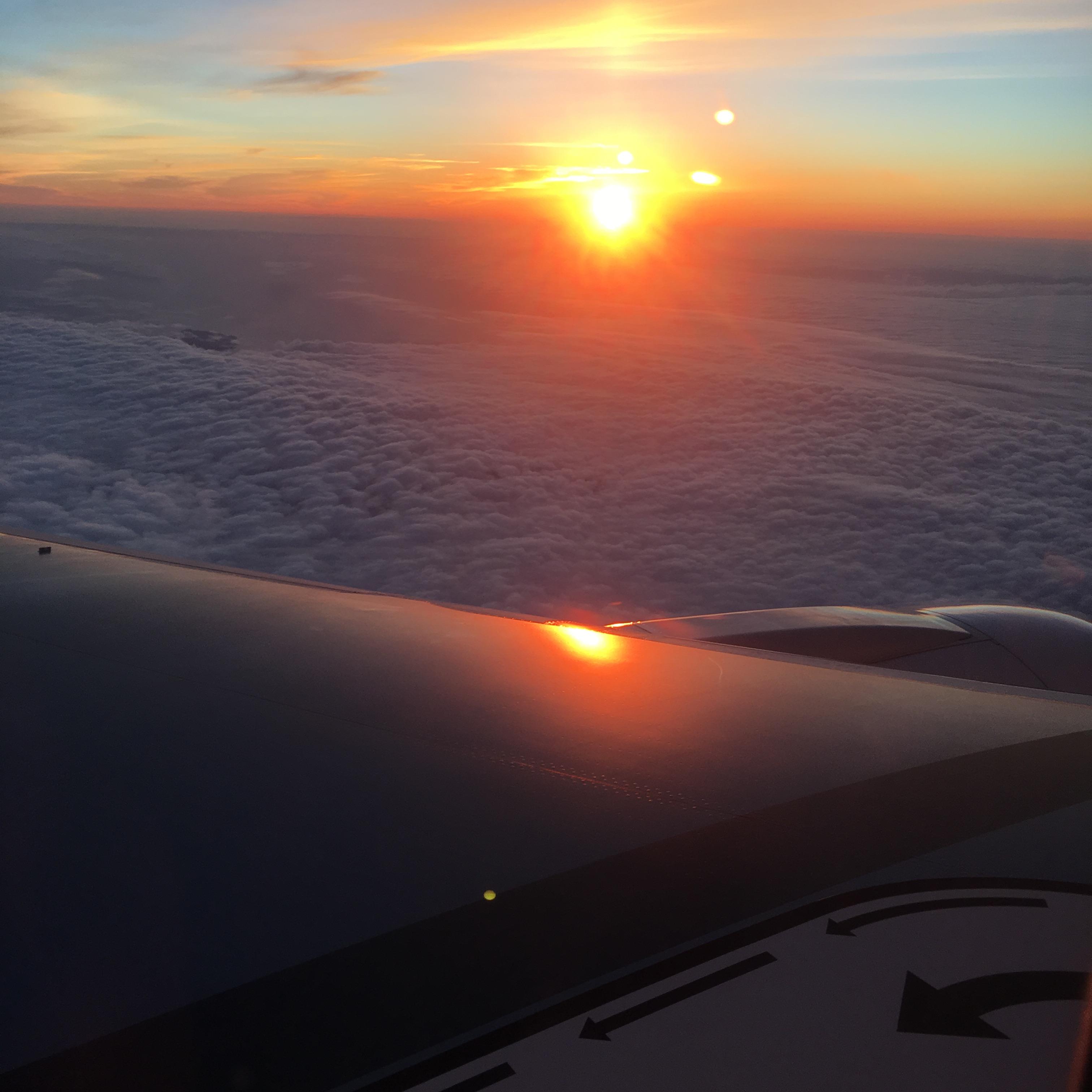 飛行機の翼と夕陽